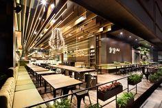 GAGA Coffee Shop (Lounge in the evening), Architekten Coordination Shanghai Architecture http://coordination.asia/fullscreen/home/, Atmosphäre: warm, natürlich und gemütlich; Rustikales Holz, weiche Textiltöne, organisch grünes Dekor: harmonische Umgebung, beruhigend, entspannend. Tolle Decke!