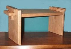 this is a bench design, but the idea would work for a raised dog food dish, too. Carpentry And Joinery, Carpentry Projects, Furniture Making, Wood Furniture, Furniture Ideas, Meditation Stool, Diy Stool, Diy Ottoman, Wood Joints