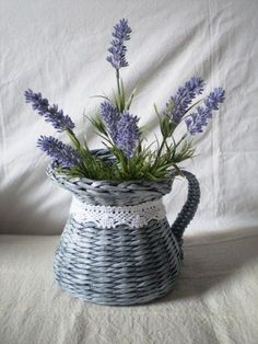 Sprigs of lavender in a teapot basket - What a simple, elegant wedding piece for an afternoon wedding, or an outdoor country style event. Lavender Cottage, Lavender Garden, French Lavender, Lavender Fields, Lavender Color, Lavender Flowers, Lavender Bouquet, Deco Floral, Arte Floral