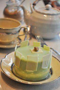 Mini Bavarois de Pistachos, sobre biscuit de pistachos enteros, glaseado de chocolate blanco con colorante natural de pistacho y delicadas lajas de chocolate blanco - Isabel Vermal