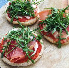 Pita-pizza med serrano og ruccola – Mummum.dk Wine Recipes, Snack Recipes, Healthy Recipes, Tapas, Pita Pizzas, Food Porn, Danish Food, Comfort Food, Dinner Is Served