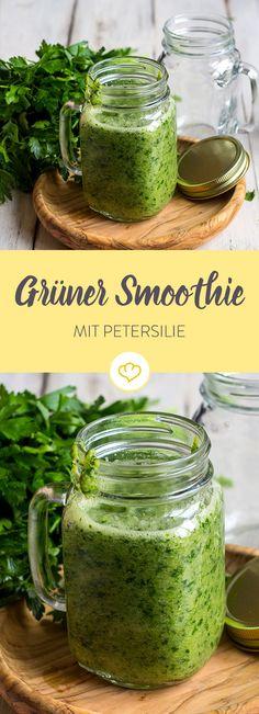 Ein grüner Smoothie, der schnell gelingt und lecker schmeckt. Petersilie, Banane und Apfel sorgen für einen echten Energiekick.