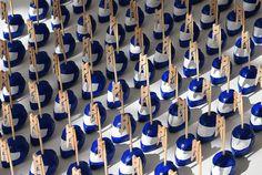 Casques de moto marque-places, porte-noms, mariage motards, Suzuki, bleu et blanc. Par Sanzzo. Décoration de table. Dimitri, Noms, Deco Table, Meet, Purple Wedding