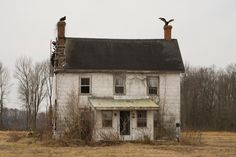 Picture of an abandoned house For the Birds Turkey vultures claim an abandoned house in Preston, Maryland. Photograph by Stephen St. Old Abandoned Houses, Abandoned Buildings, Abandoned Places, Old Houses, Spooky House, Halloween Haunted Houses, Halloween House, Abandoned Plantations, Creepy Pictures