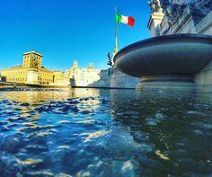 Tá frio????  Simmm!!!! Brrrrr... Essa é para mostrar a fonte congelada hoje!!! . Lembre-se que nós organizamos o seu transfer do/para o aeroporto e também sua hospedagem! info@emroma.com .  Veja mais no Snapchat Em_Roma  #Roma #europe #instatravel #eurotrip #italia #italy #rome #trip #travelling #snapchat #emroma#viagem #dicas #ferias #dicasdeviagem #brasileirospelomundo #viajandopelomundo #inverno #vittoriano #altaredellapatria