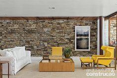 Revista Arquitetura e Construção - Madeira, pedra e metal moldam casa à beira-mar