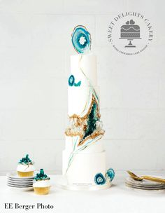 Sharing my Agate-Geode Kintsugi inspired wedding cake and cupcakes that are featured in the Winter/Spring issue of the Metro Detroit Weddings Magazine. The cake and cupcakes were decorated with sugar crystals, painted agate effect and handcrafted. Whimsical Wedding Cakes, Extravagant Wedding Cakes, Big Wedding Cakes, Amazing Wedding Cakes, Elegant Wedding Cakes, Wedding Cakes With Flowers, Edible Gold Leaf, Geode Cake, Beautiful Cakes