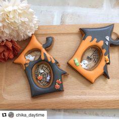 Halloween mini house decorated cookies with sugar glass Fall Cookies, Iced Cookies, Cute Cookies, Royal Icing Cookies, Holiday Cookies, Cupcake Cookies, Cookies Et Biscuits, Bolo Halloween, Postres Halloween