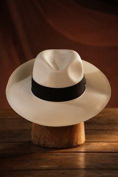El sombrero resulta un accesorio indispensable para ir a la playa; además de que nos ofrece una imagen elegante y nos protege de los dañinos rayos ultravioleta.