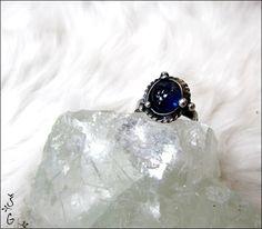 Prsten+-+sapphire+Prsten+sapphire+je+vyroben+technikou+tiffany+pomocí+cínu+s+příměsí+stříbra+(+cín+neobsahuje+olovo)+drátku,+nerezového+kroužku,+tm.+modrého+safíru(původ+Madagaskar).+Prsten+je+patinován+a+následně+očištěn+speciálním+antioxidačním+olejem.+Velikost+prstenu+je+univerzální+(nastavitelná)+Safír:+Modrý+safír+je+kamenem+moudrosti,+který+vám+dovoluje...