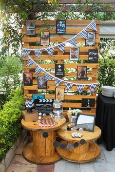 Painel de Pallet: Saiba Como Fazer Modelos star wars themed party decoration with pallet panel f Party Decoration, Birthday Decorations, Wedding Decorations, Anniversaire Cow-boy, Graduation Open Houses, Photos Booth, Western Parties, Grad Parties, Diy Party