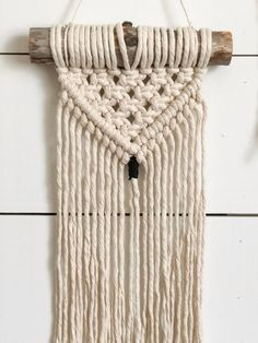 Petit mur de Macrame suspendu - Macrame Wall Hanging - Macrame Decor - Boho Home Decor - Boho Wall Decor - Wall Hangings - Home Decor Paracord, Crafts To Do, Arts And Crafts, Crochet Ripple, Craft Desk, Large Macrame Wall Hanging, Décor Boho, Macrame Projects, Macrame Patterns