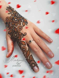 not black henna, two tones. black henna border with red henna inside Mehndi Designs For Kids, Mehndi Design Photos, Mehndi Designs For Fingers, Beautiful Mehndi Design, Latest Mehndi Designs, Simple Mehndi Designs, Mehndi Images, Black Mehndi Designs, Henna Tattoo Designs