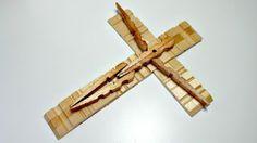 14 Ideas de manualidades con ganchos de madera o pinzas de ropa ~ Solountip.com Wooden Clothespin Crafts, Clothespin Cross, Wooden Pegs, Diy Home Crafts, Craft Stick Crafts, Close Pin, Christmas Crafts To Make, Cross Crafts, Clothes Pegs