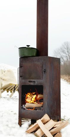 The Outdooroven is a heat source, barbecue and oven all in one. This outdoor stove fire is used for both heat as to prepare food. It strengthens the social aspect of cooking together and spending time together around the fireplace. Outdoor Rooms, Outdoor Gardens, Outdoor Living, Outdoor Kitchens, Outdoor Stove, Summer Barbeque, Outside Living, Diy Pergola, Outdoor Cooking