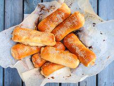 Kuten hampurilaissämpylät, niin kannattaa ehdottomasti myös hodarisämpylät valmistaa itse. Tätä parempaa reseptiä en voisi hodareilleni toivoa. Pehmeä ja mehukas leipä,… Hot Dog Buns, Hot Dogs, Bread Recipes, Vegan Recipes, Vegan Baking, Pretzel Bites, Rolls, Ethnic Recipes, Food