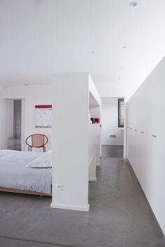 Un grand meuble de rangement pour t te de lit for Housse pour tete de lit