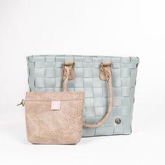 Gewoon. Bijzonder. Mooi. En exclusief bij Mamzel! Proud to present: dé Mamzel Shopper. Ze combineert grijsgroen vlechtwerk met een gebronsd tasje en dito hengsels. Het zachte kleurenpalet past haast overal bij. Het extra tasje (met reliëf) kan je trouwens vasthaken aan de shopper of apart gebruiken als clutch, make-up bag, ...  #mamzel #shopper #handedby #designedformamzel