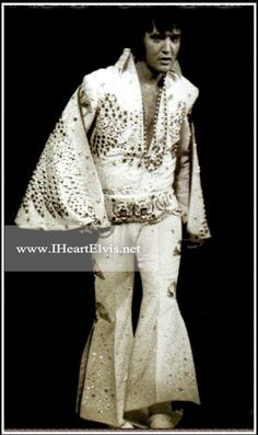 Taken at the end of the Aloha From Hawaii rehearsal show as Elvis is taking his final bows. Priscilla Presley, Disfraz Elvis Presley, Memphis, Elvis Aloha From Hawaii, Honolulu Hawaii, Rock And Roll, Elvis Costume, Elvis Quotes, Elvis In Concert
