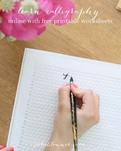 Learn calligraphy online with this free tutorial complete with step-by-step instructions and free printable practice sheets from /julieblanner/ Calligraphy Handwriting, Learn Calligraphy, Calligraphy Letters, Penmanship, Modern Calligraphy, Beautiful Calligraphy, Creative Lettering, Brush Lettering, Chalk Lettering