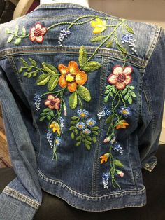 54 Ideas Embroidery Denim Jacket Diy For 2019 Denim Jacket Embroidery, Embroidered Denim Jacket, Embroidered Clothes, Embroidery Stitches, Embroidery Ideas, Artisanats Denim, Denim Art, Look Boho Chic, Bohemian Style