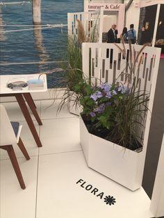 Flora ELMAS modern planter featured an incorporated trellis as well as hidden c Modern Garden Furniture, Garden Planter Boxes, Garden Screening, Modern Planters, Vegetable Garden Design, Wood Interiors, Flower Beds, Trellis, Potted Plants