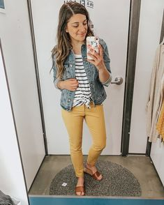 A capsule wardrobe helps declutter and minimize your closet, while maximizing the amount of outfits. It also helps to eliminate that overwhelming 'I have nothing to wear' feeling. Summer Teacher Outfits, Summer Work Outfits, Casual Work Outfits, Business Casual Outfits, Work Casual, Cute Outfits, Comfortable Teacher Outfits, Casual Teacher Outfit, Casual Fridays
