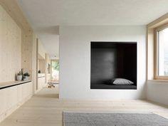 Modernes Wohnzimmer aus Holz mit Sitzecken - Foto: Adolf Bereuter