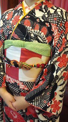 """iki-mono: """" I love the stencilled pattern on this kimono…pretty colors too! Yukata Kimono, Kimono Japan, Kimono Fabric, Japanese Kimono, Japanese Textiles, Japanese Patterns, Modern Kimono, Turning Japanese, Japanese Outfits"""
