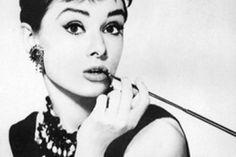 Nieuwe wenkbrauw-trend. Voor de komst van grove wenkbrauwen waren ultradunne wenkbrauwen dé trend dankzij de Duits-Amerikaanse actrice en zangeres Marlene Dietrich. Audrey Hepburn bracht daar verandering in en gaf haar wenkbrauwen een donkere kleur, sterke vorm. Ze zette een nieuwe beautylook neer die nog lang bleef hangen. Haar krachtige wenkbrauwen werden haar handelsmerk!