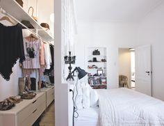 un mur de BA13 en guise de tête de lit pour créer le dressing dans la chambre