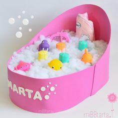Ideas Baby Shower. ¿quieres saber todo lo que lleva esta bañera de pañales? ¿te gustaría ver más tartas de pañales con formas superdivertidas? ¡Haz clic en la foto y descubrirás un montón de ideas para regalar al bebé de una forma personalizada y original! https://mibbtarta.es/tartas-de-panales-originales/ #babyshower #regalobabyshower #canastilla #regalobebe #diapergift #tartadepañales #tartasdepañales #tartaspañales #primerbaño #cosasparabebes #maternidad #embarazada #regaloreciennacido