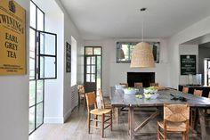 La maison de vacances familiale et moderne de Sarah Lavoine - Photo : Henri Del Olmo - Bois brut ou tressé, la salle à manger de la maison de vacances de Sarah Lavoine fleure bon la campagne. Le tout dans un style très actuel.