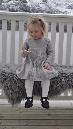 knit little gown 🔆 grey grey knit wool wool gown sturdy little one child little one little woman little woman / kjole med hullmønster og falske fletter. Baby Knitting Patterns, Knitting For Kids, Knitting Projects, Knit Baby Sweaters, Knitted Baby Clothes, Baby Knits, Baby Barn, Knit Baby Dress, Clothes Crafts