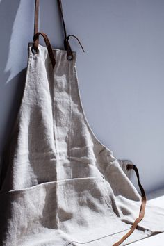 Handmade by SUL. linen and cotton Removable leather strips Front pockets All textile with natural fibers undergo shrinkage after the first. Farm Clothes, Diy Clothes, Fabric Photography, Food Photography, Work Aprons, Diy Gifts For Men, Leather Apron, Aprons For Men, Linen Apron