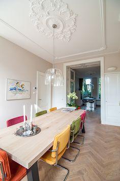De eetkamer en keuken zijn van elkaar gescheiden door een originele ensuite kast // Renovatie herenhuis Vondelbuurt // Lumen Architectuur