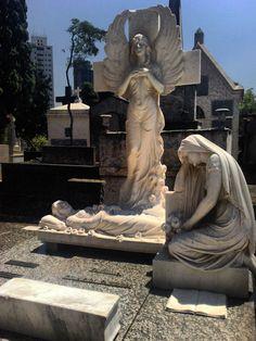 Cemitério da Consolação.estátuas em tamanho natural..são impressionantes!