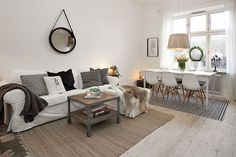 Salon połączony z jadalnią. Obie części wydzielone różnymi dywanami, lecz meble ze sobą idealnie współgrają. Kolory...