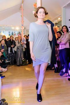 Cosima im Kleid von Yaya und Egg Shape Mantel von Nice Things