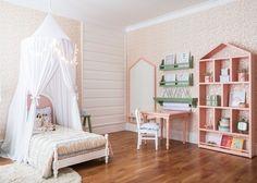 A Ava ganhou uma decoração em branco, verde e rosa para acompanhar sua primeira cama. O espaço, que tem móveis e acessórios personalizados da @ripopi, ainda contou com papel de parede estampado. Vem ver mais fotos e detalhes: www.babieskids.cz!💕💕💕#decor #decoração #kidsroom #quartoinfantil