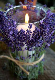 laat de ruimte lekker ruiken door lavendel rond kaarsjes te binden.
