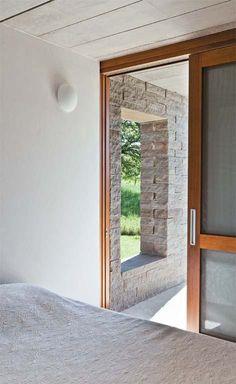Concreto e pedra definem pequena casa em retiro budista no sul do país | CASA.COM.BR