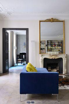 élégance des associations de couleurs bleu , noir et jaune doré. Belle association entre le moderne et l'ancien.