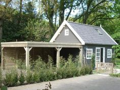 Deze carport is aan het tuinhuis gebouwd, waarbij de ruimte in de tuin optimaal is gebruikt. Garages, Glamping, Gazebo, Shed, Outdoor Structures, Cabin, Tiny Houses, Small Homes, Kiosk