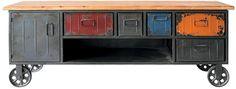 Peça em ferro, com tampo de madeira e rodízios, tem design e materiais que remetem aos antigos móveis industriais. Foto - Urban - www.urbanbrasil.com.br