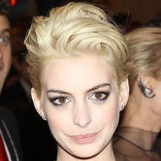 40 glam night-out hairstyles for short and bob hair! Slick your hair back like Anne Hathaway for this short, striking party style! Night Out Hairstyles, Quiff Hairstyles, Oval Face Hairstyles, Choppy Bob Hairstyles, Party Hairstyles, Hairstyle Ideas, Hair Ideas, Haircuts, Loose Curls Short Hair