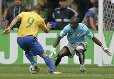 Copa de 2006 - Ronaldo dribla goleiro de Gana e abre o placar da vitória brasileira nas oitavas de final do Mundial por 3 a 0
