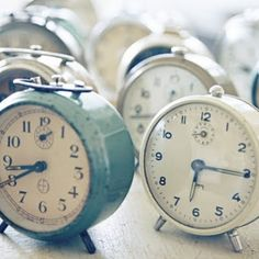 me think of Kocur! How fun to stumble on it, though! I do collect old tick tock clocks. They sit on the bookshelf headboard in my bedroom! Vintage Bohemian, Vintage Love, French Vintage, Vintage Stuff, Vintage Alarm Clocks, Old Clocks, White Clocks, Antique Clocks, Rustic Clocks