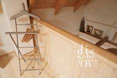 Wieviel Kleiderablage braucht man in einem Wochenendhaus? #minimalism #wardrobe #vintage #garderobe #kleiderablage Loft, Bed, Furniture, Home Decor, Vintage Coat Rack, Weekend House, Homemade Home Decor, Stream Bed, Lofts