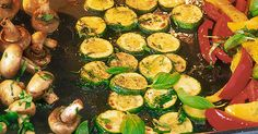 Jetzt kommt Gemüse auf den Tisch, nämlich Paprika, Zucchini und Champignons. Alles fein gewürzt und im Ofen gegart. So lecker! Antipasti Zucchini, Curry, Food And Drink, Low Carb, Vegetables, Finger Food, Chef Recipes, Food And Drinks, Cooking